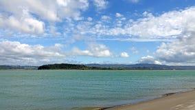 Ohiwa dalla spiaggia in Distretto di Whakatane, Nuova Zelanda di Ohope fotografia stock libera da diritti