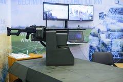 Ohne einen Versuchsmilitärroboter mit den Waffen installiert an der Ausstellung lizenzfreies stockfoto