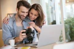 Ohotos счастливых пар наблюдая на камере Стоковые Фото
