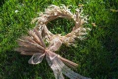 Ohren des Kranzes und eines Blumenstraußes des Weizens Lizenzfreies Stockbild