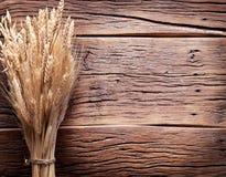 Ohren des Weizens auf altem Holztisch Stockfoto