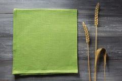 Ohren des Weizens auf Holz Lizenzfreie Stockfotos