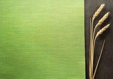 Ohren des Weizens auf schwarzem Hintergrund Lizenzfreies Stockbild
