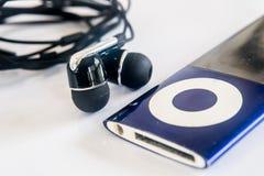 Ohrenpfropfen mit dem Musikspieler Lizenzfreie Stockfotografie