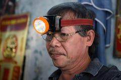 Ohrhygiene in einem traditionellen Friseursalon in Vietnam lizenzfreies stockbild