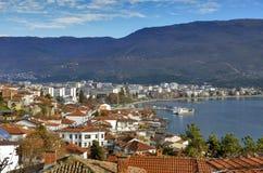 Ohrid, македония - старый городок с озером - панорама стоковые фотографии rf