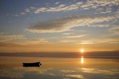 Ohrid härlig solnedgång för sjö med fiskebåtar Royaltyfri Bild