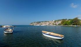 Ohrid Lake Fiskebåt med sikten av en gammal stad av Ohrid Fotografering för Bildbyråer