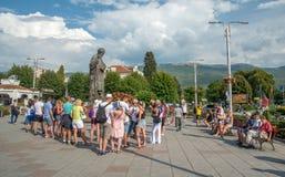 OHRID, MACEDONIA-AUGUST 31,2018: Grupa turyści blisko Ohrid jeziora zdjęcie stock