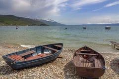 Ohridmeer na regen Landschap met boten en een toneelhemel royalty-vrije stock foto