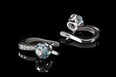 Ohrring mit Juwelen Stockbild