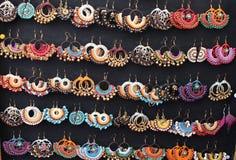 Ohrringe gestickt mit farbigen Faden lizenzfreies stockfoto
