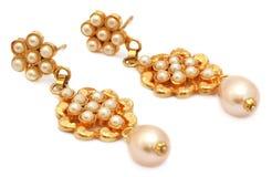 Ohrringe hergestellt vom Gold und von den Perlen Lizenzfreies Stockbild