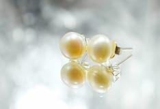 Ohrringe mit Perlen auf dem Hintergrund Stockfoto