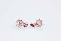 Ohrringe mit roten Kristallen Stockbilder
