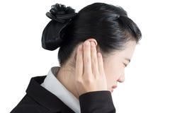 Ohrschmerzsymptom in einer Geschäftsfrau lokalisiert auf weißem Hintergrund Beschneidungspfad auf weißem Hintergrund Stockfotografie