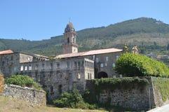 Oia的圣玛丽亚修道院的旁边门面有在大矢村庄的看法  自然,建筑学,历史,旅行 免版税库存照片