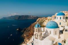 Oia在一个晴天,圣托里尼,希腊蓝色圆顶  免版税库存照片