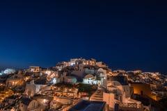 Oia在晚上在圣托里尼海岛,希腊 图库摄影