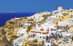 Oia地平线,与风车的传统白色建筑学,圣托里尼,希腊希腊村庄  圣托里尼是海岛 免版税图库摄影
