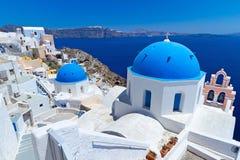 Oia城镇教会圆屋顶Santorini海岛的 库存图片