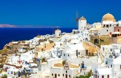 Oia村庄传统希腊海岛建筑学惊人的风景在爱琴海背景的 海岛oia santorini 库存图片