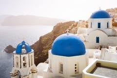 Oia村庄和海蓝色教会桑托林岛海岛的,希腊 免版税库存图片