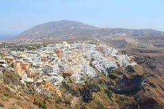 Oia村庄在有高度的圣托里尼 库存图片