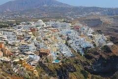 Oia村庄在有高度的圣托里尼 免版税库存图片