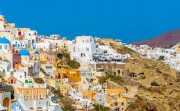 Oia村庄峭壁的看法 Oia,圣托里尼海岛 免版税库存图片