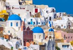 Oia村庄峭壁的看法 Oia,圣托里尼海岛 库存照片