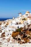 Oia村庄有风车的 希腊santorini 免版税库存图片