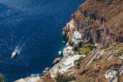 Oia村庄白色建筑学在圣托里尼海岛,希腊上的 免版税库存图片