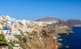 Oia看法在圣托里尼海岛上的和一部分的破火山口 免版税库存图片