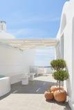 Oia豪华甲板和露台 免版税图库摄影