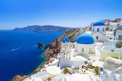 Oia镇美丽的教会Santorini海岛的 免版税库存图片