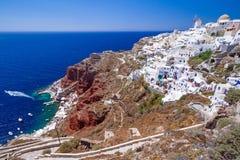 Oia镇白色建筑学在圣托里尼海岛上的 免版税库存照片