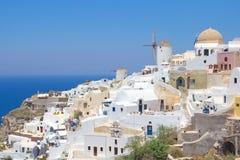 Oia镇看法在圣托里尼海岛上的 库存图片