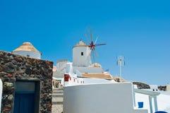 Oia风车的看法在海岛上的圣托里尼(锡拉) 基克拉泽斯,希腊 免版税库存照片