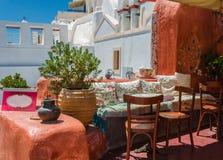 Oia,圣托里尼咖啡馆在白天 免版税库存图片