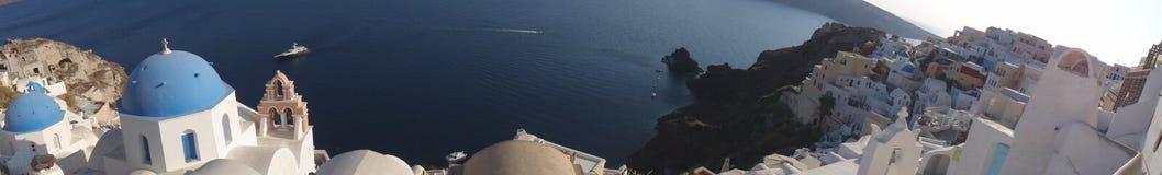 从Oia,圣托里尼峭壁的详尽的全景  免版税库存图片