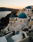 Oia,圣托里尼,希腊蓝色圆顶在日落以后的 免版税图库摄影
