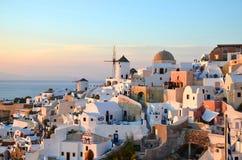 Oia,圣托里尼/希腊:Oia沿海村庄的看法日落的在圣托里尼,希腊海岛上  免版税库存图片