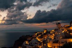 Oia, Oia,圣托里尼,希腊两台风车在日落以后的 免版税库存照片