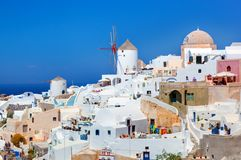 Oia πόλη στο νησί Santorini, Ελλάδα Διάσημοι ανεμόμυλοι Στοκ Φωτογραφία
