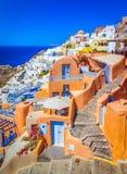 Oia, остров Santorini, Греция: Классический взгляд сверх в Oia с традиционными и известными домами и церков над кальдерой стоковое изображение