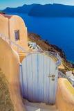 美好的门在Oia村庄,破火山口视图,圣托里尼海岛,希腊 库存照片