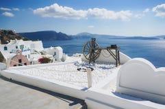 Oia村庄白色建筑学在圣托里尼海岛,希腊上的 图库摄影