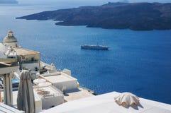 Oia村庄白色建筑学在圣托里尼海岛,希腊上的 库存图片