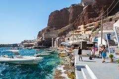 Oia镇小口岸有许多游人的在圣托里尼海岛,希腊上 免版税库存照片